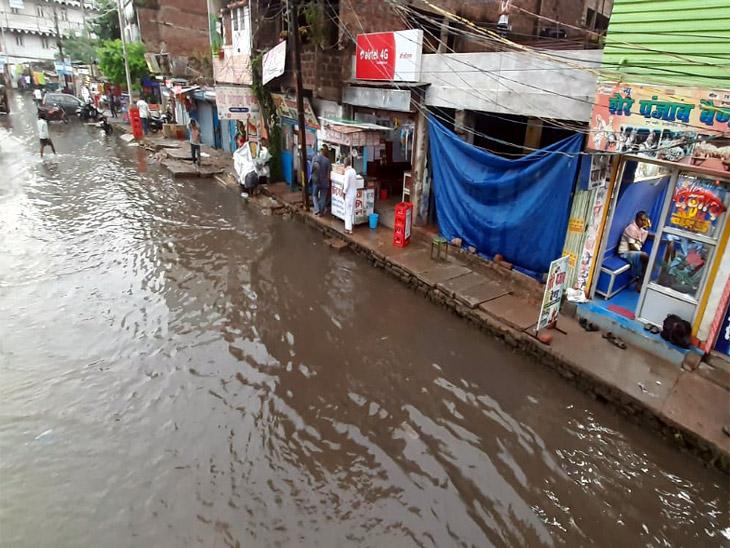 बारिश के बाद पटना में सड़क पर हुआ जल-जमाव।