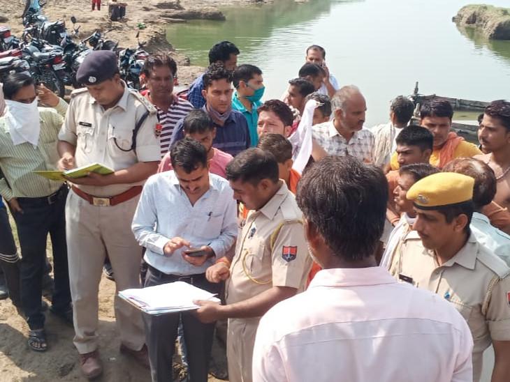 पुलिस अधिकारी और प्रशासन मौके पर पहुंचा।