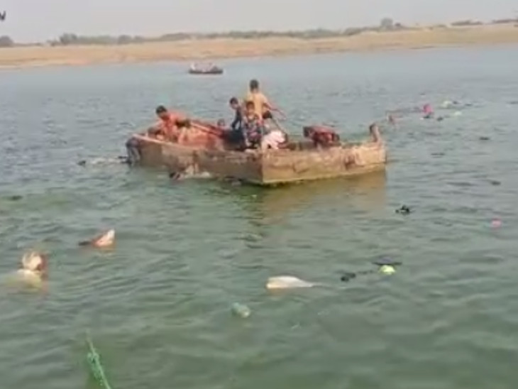 डूबते हुए लोगों को बचाने दूसरी नाव नदी में पहुंची।