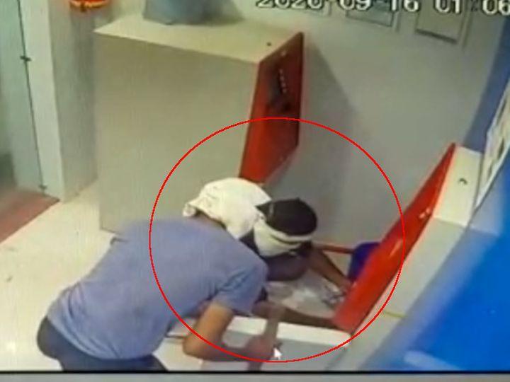 मशीन काटते हुए सीसीटीवी में दिखाई दे रहे चोर।