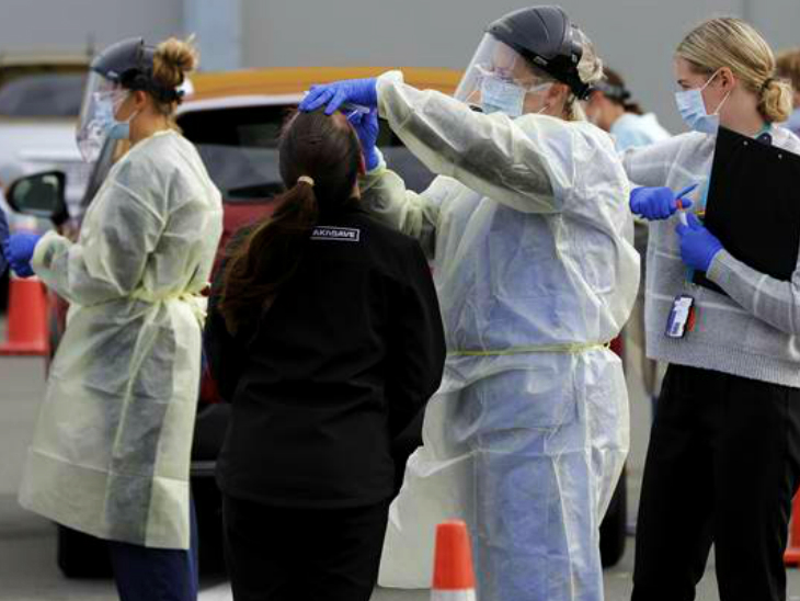 Health team examining people in the city of Wellington, New Zealand. The second round of infection is strictly controlled here. However, the restrictions will be continued until next week. (File)
