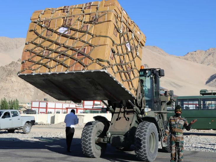 मार्च से अक्टूबर के बीच सेना हर दिन 150 ट्रक राशन, मेडिकल, हथियार, गोला-बारूद, कपड़े, गाड़ियां और इलेक्ट्रॉनिक्स लद्दाख भेजती है।