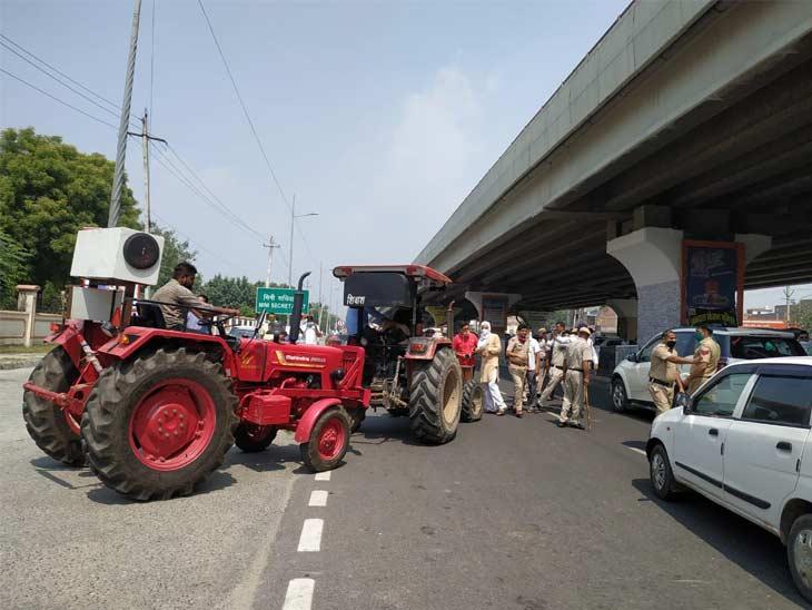 ट्रैक्टर लेकर पहुंचे किसानों को एक साइड करने के लिए पुलिस को कड़ी मशक्कत करनी पड़ी।