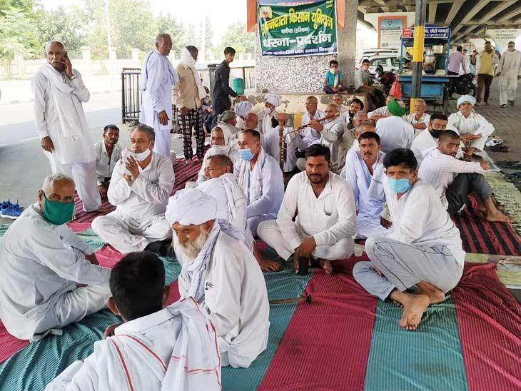 पानीपत लघु सचिवालय पर किसानों का एक धड़ा इन अध्यादेशों के विरोध में प्रदर्शन कर रहा है।