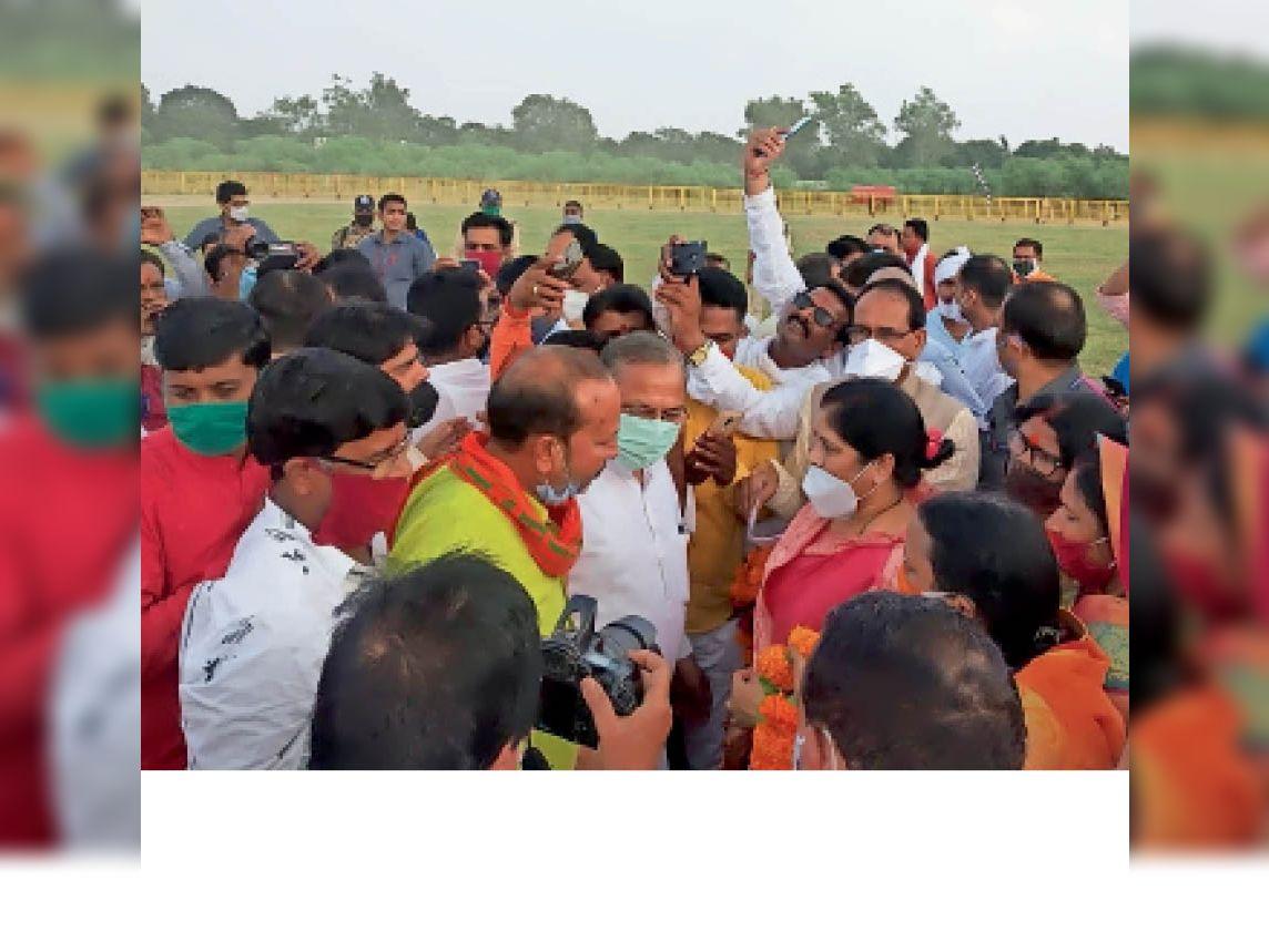 सीएम के साथ सेल्फी लेते भाजपा कार्यकर्ता।
