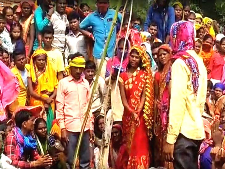 इस अनोखी शादी के मौके पर गांव के तमाम लोग पहुंचे और सोशल डिस्टेंसिंग भूल गए।