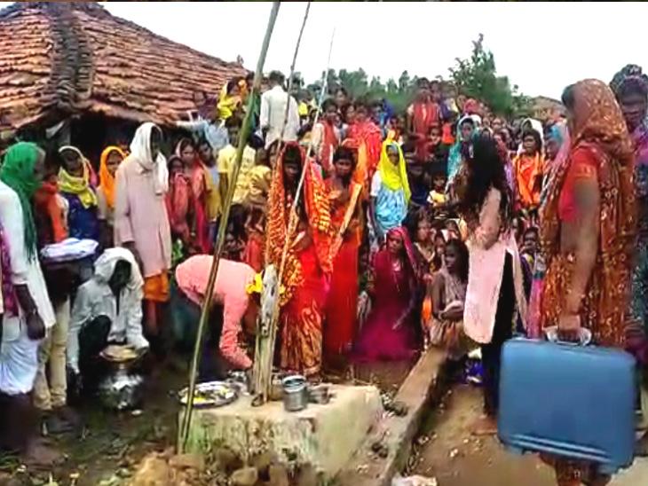 छिंदवाड़ा में एक अजीबोगरीब मामला सामने आया, जहां पर एक युवती ने नागदेवता से शादी रचाई है। इस दौरान उसका परिवार मौजूद रहा।