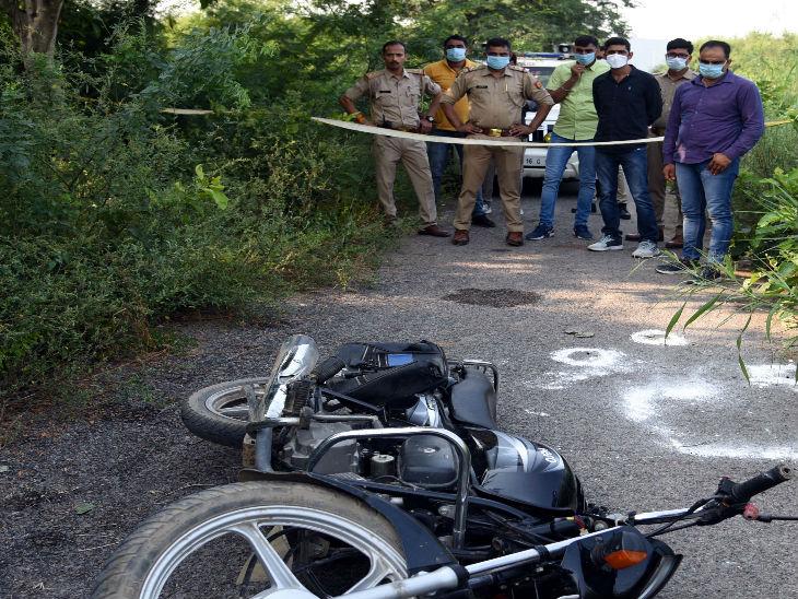 मुठभेड़ के बाद सड़क पर पड़ी बाइक।
