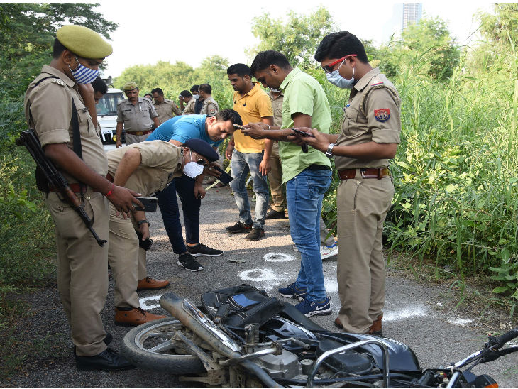 वारदात स्थल पर जांच करते पुलिसकर्मी।