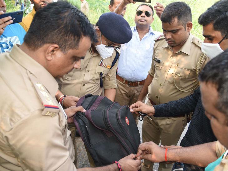 बरामद बैग को खंगालते पुलिसकर्मी।