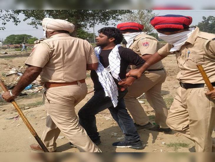 विरोध कर रहे लोगों को हिरासत में लेकर थाने ले जाती पुलिस।