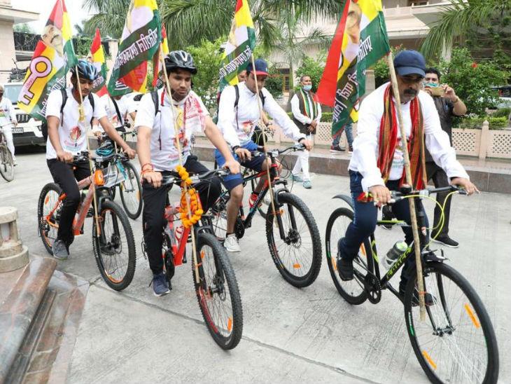प्रसपा कार्यालय से दिल्ली के लिए रवाना हुई साइकिल रैली।
