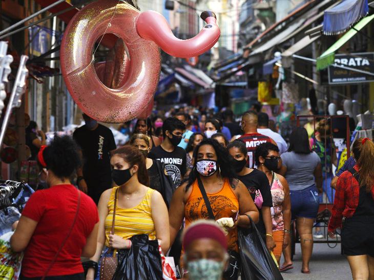बुधवार को ब्राजील के रियो डि जेनेरियो शहर के एक बाजार में मौजूद लोग। अमेरिका और भारत के बाद ब्राजील संक्रमण से सबसे ज्यादा प्रभावित हुआ है। यहां 44 लाख से ज्यादा केस सामने आ चुके हैं।