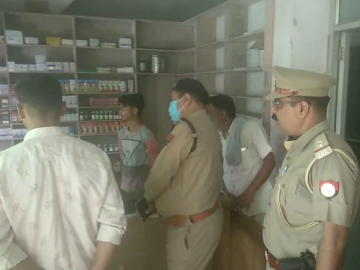 अस्पताल में स्टॉफ से पूछताछ करते पुलिसकर्मी।