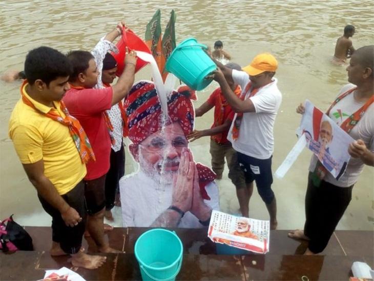 पटना में गंगा के घाट पर दूध से प्रधानमंत्री का अभिषेक करते भाजपा कार्यकर्ता।