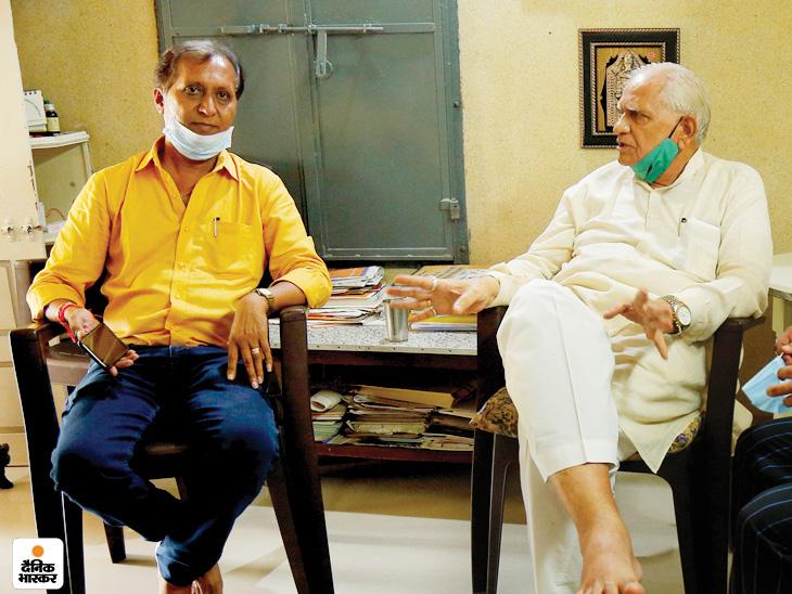 Somabhai with Dainik Bhaskar journalist Tikendra Rawal at the old age home of Vadnagar.