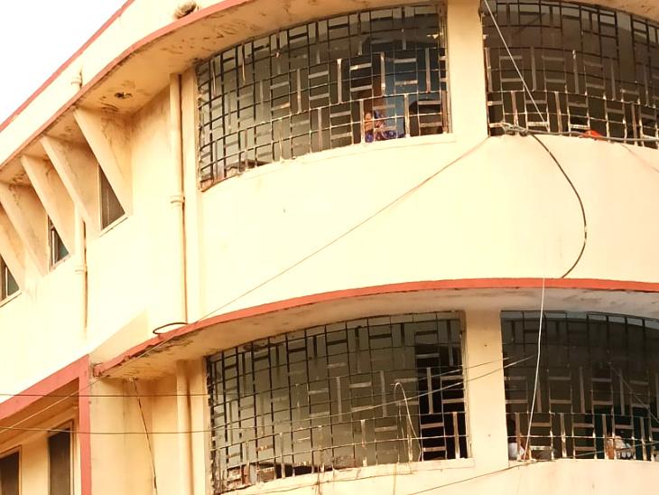 अस्पताल की खिड़कियों से झांककर मरीज अपने परिजनों से बात करने की कोशिश करते हैं।