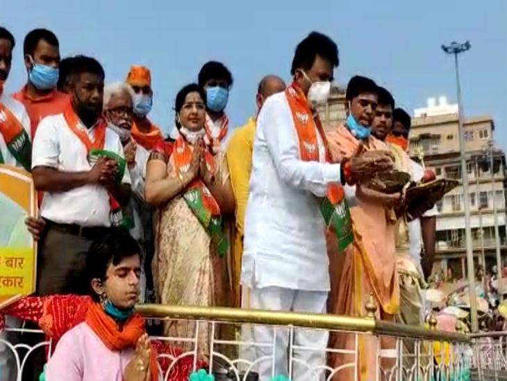 पीएम मोदी के जन्मदिन के मौके पर कार्यकर्ताओं ने गंगा घाट पर पूजा अर्चना की।