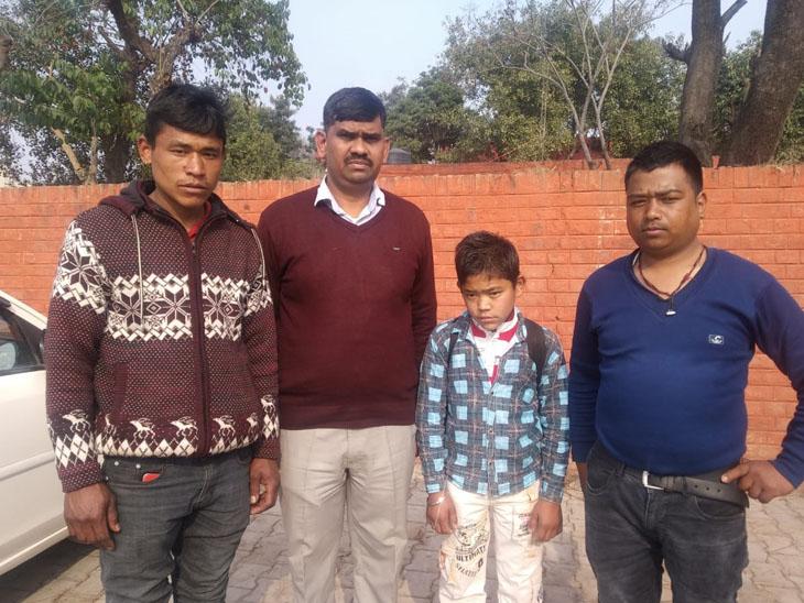 लोकेशन फोन और इंटरनेट पर कंफर्म नहीं हो पाती तो राजेश संबंधित जगह में परिवार को ढूंढ़ने पहुंच जाते हैं।