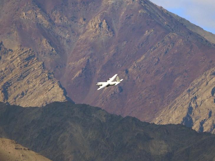 लेह में उड़ान भरते एयरफोर्स के एयरक्राफ्ट की फोटो मंगलवार की है। चीन से तनाव को देखते हुए लद्दाख में सेना का मूवमेंट बढ़ गया है। - Dainik Bhaskar