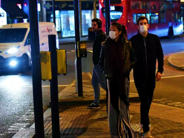 The photo is of people walking in a market in London. Here Prime Minister Boris Johnson has admitted that the second wave of infection in the country has come out. (File)
