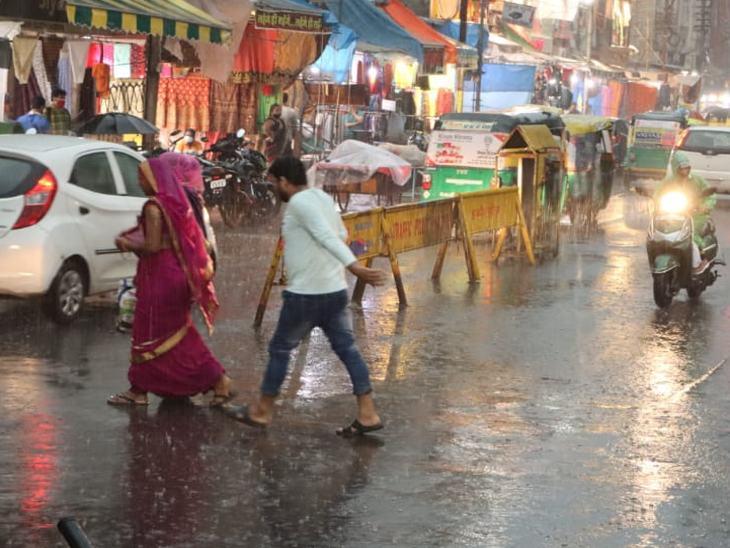 बारिश से बचने लोगाें ने लगाई दौड़।