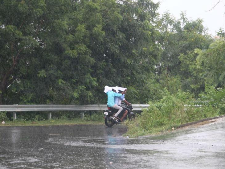 फोटो कलियासोत डैम के पास की है। यहां बारिश के बचने की कोशिश में बाइक सवारों ने गमछा ओढ़ लिया।