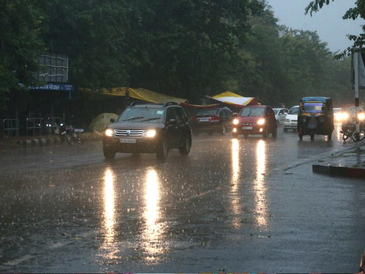 बारिश तेज हवाओं के साथ हुई और सड़कों में पानी भर गया। लोगों को अपनी गाड़ी की लाइट्स ऑन करनी पड़ीं।