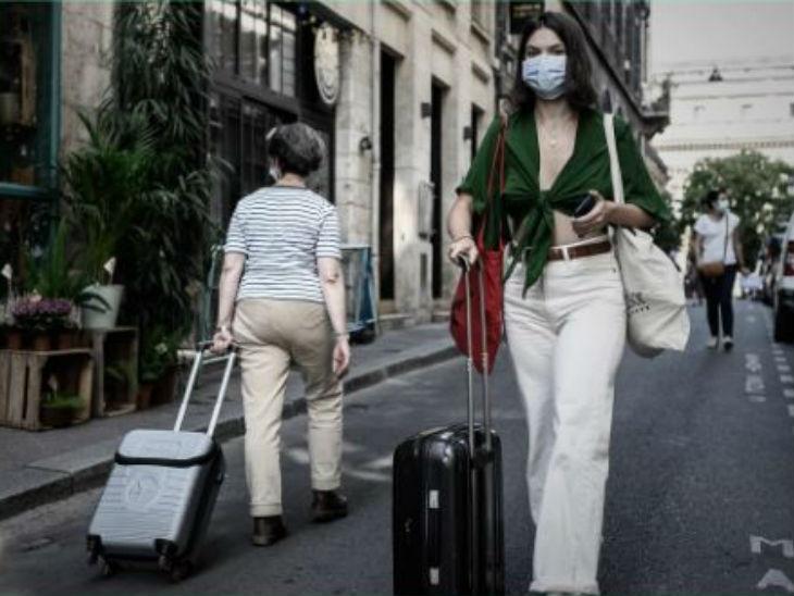 फ्रांस के बोर्डो शहर की एक सड़क पर शुक्रवार को मास्क लगाकर जाती महिला। देश में सार्वजनिक स्थानों पर मास्क जरूरी कर दिया गया है।
