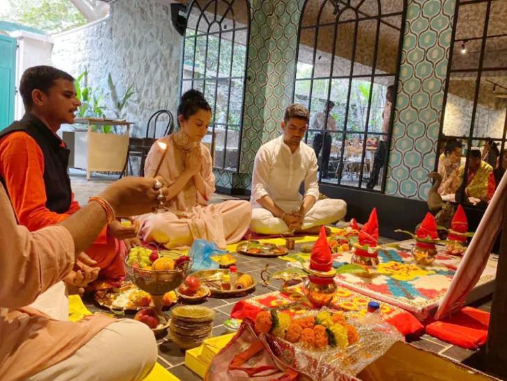 फोटो इसी साल जनवरी में तब की है, जब कंगना ने अपने ऑफिस मणिकर्णिका फिल्म्स में पहली बार पूजा की थी। इससे कुछ महीने पहले ही उन्होंने अपने प्रोडक्शन की पहली फिल्म अपराजित अयोध्या की घोषणा की।