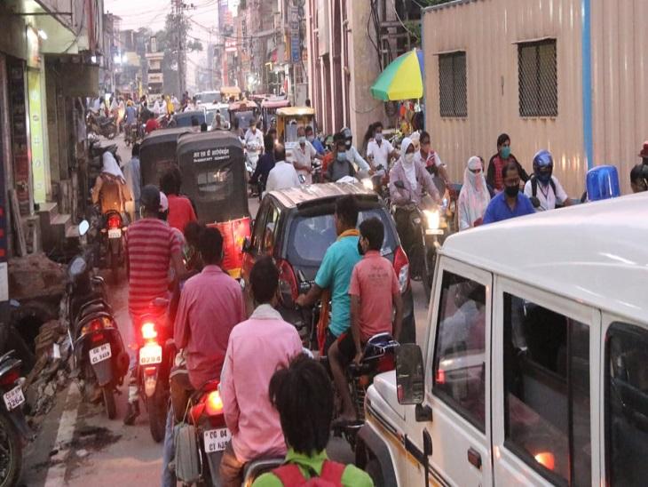 फोटो रायपुर के सिटी कोतवाली चौक की है, भीड़ बाजार की तरफ बढ़ रही है।