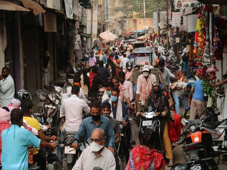 फोटो रायपुर की है। 7 दिनों तक सब्जी की दुकानें भी बंद रहेंगी, लोग इसे लेकर फिक्रमंद हैं, उम्मीद जताई जा रही है कि रविवार और सोमवार को दिन भर भीड़ ज्यादा रहेगी।