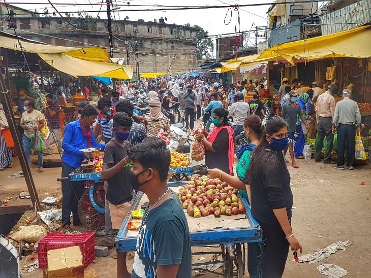 फोटो रायपुर के सब्जी बाजार की है। लोग जरूरी खरीदारी करते दिखे। लॉकडाउन में करीब 7 दिनों तक लोगों को किराना सामान, सब्जी और पेट्रोल नहीं मिलेगा