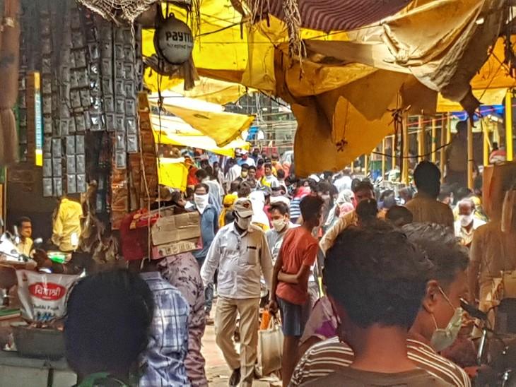 फोटो शास्त्री मार्केट की है। भीड़ की वजह से सोशल डिस्टेंसिंग की भी अनदेखी खूब हुई। रायपुर में अब तक 26 हजार लोगों को कोरोना हो चुका है।