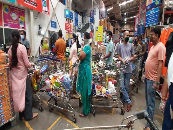 फोटो वॉलमार्ट रायपुर की है। करीब 30 मिनट के इंतजार के बाद लोग सामान का बिल करवा पा रहे हैं। यहां पर भीड़ भी है।