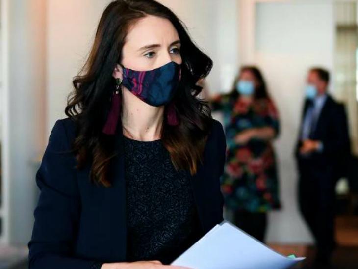 फोटो 11 सितंबर की है। तब न्यूजीलैंड की प्रधानमंत्री जेसिंडा अर्डर्न ने संक्रमण से जुड़े मामलों की जानकारी के लिए प्रेस कॉन्फ्रेंस की थी। आज वे फिर इसी मामले पर मीडिया से बातचीत करने वाली हैं।