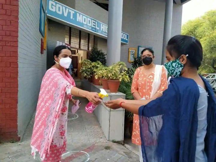 चंडीगढ के सरकारी स्कूल में एंट्री देने से पहले छात्रों के हाथ सैनिटाइज कराते टीचर।
