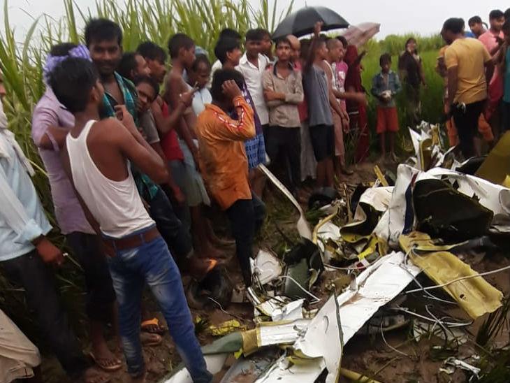 आजमगढ़ में खराब मौसम के कारण 4 सीटर एयरक्राफ्ट क्रैश होकर खेत में गिरा; पायलट पैराशूट लेकर कूदा, लेकिन जान नहीं बच सकी|उत्तरप्रदेश,Uttar Pradesh - Dainik Bhaskar