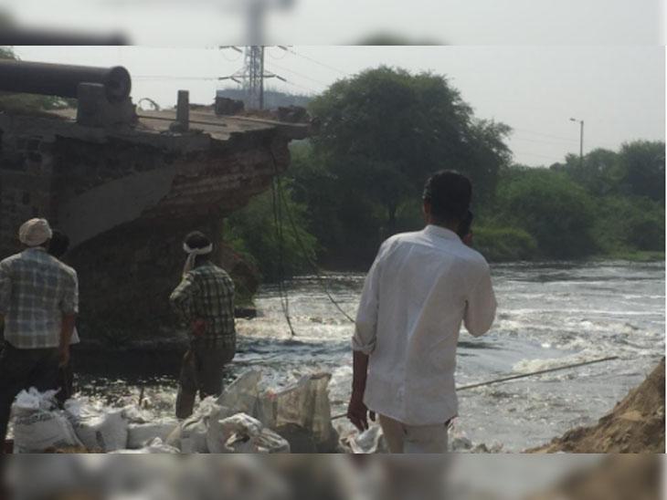 पुल गिरने के बाद मौके पर पहुंचे सिंचाई विभाग के अधिकारी और इलाके के लोग।