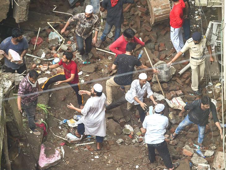 स्थानीय लोग भी बचाव कार्य में जुटे हैं।