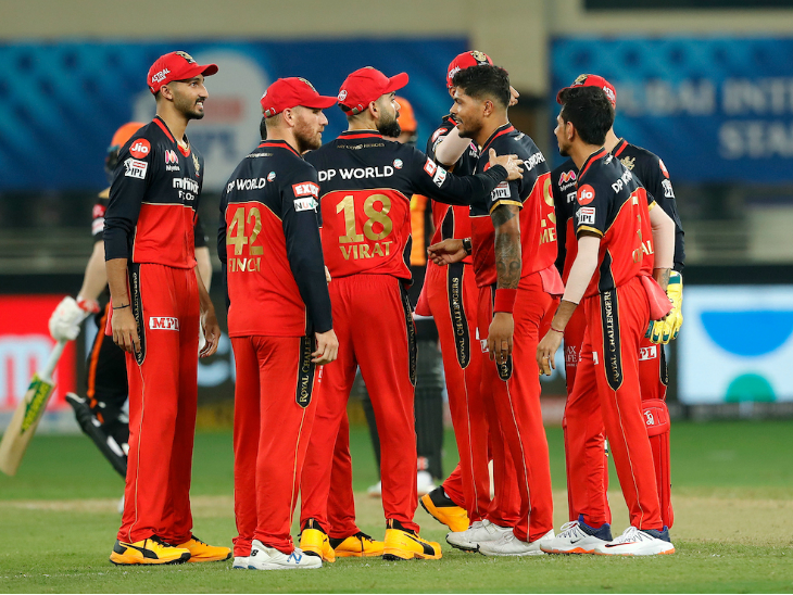 डेविड वॉर्नर को आउट करने के बाद तेज गेंदबाज उमेश यादव को बधाई देते विराट कोहली।