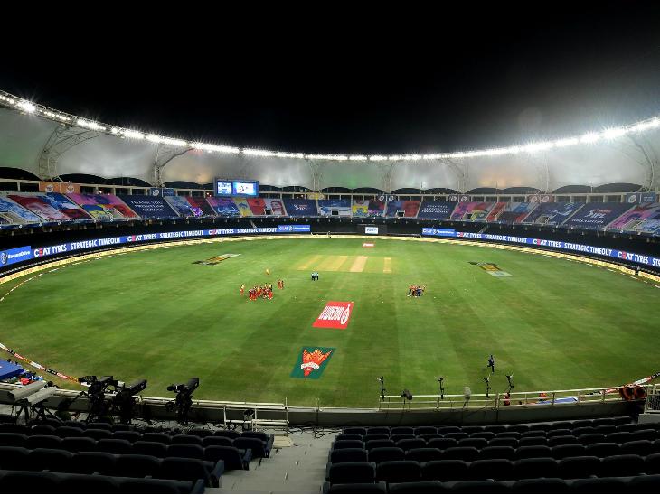 कोरोना की वजह से आईपीएल के सभी मैच बिना दर्शकों के खेले जा रहे हैं। ऐसे में मैच के दौरान खाली पड़े स्टैंड्स।