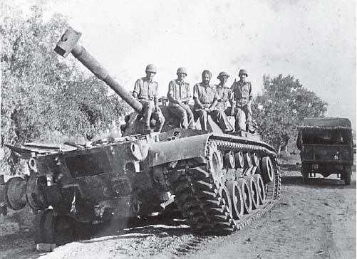 1965 के युद्ध के बाद पाकिस्तानी टैंक पर सवार भारतीय जवान।