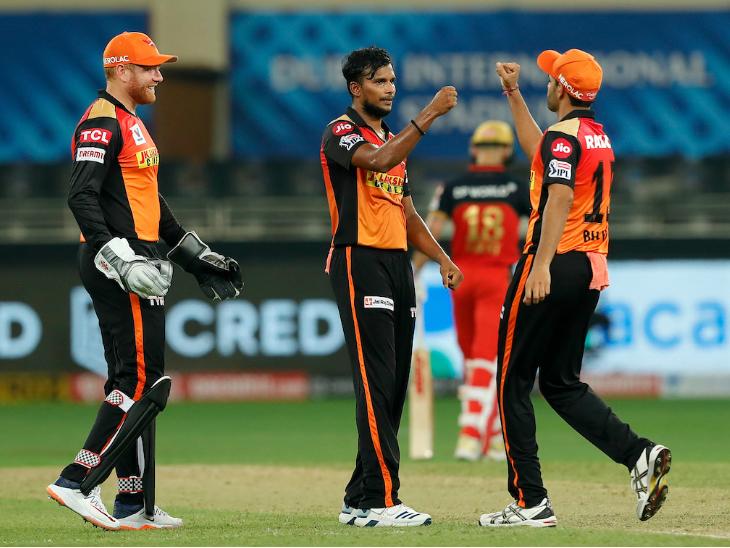 अपना पहला मैच खेल रहे टी. नटराजन के लिए यह ड्रीम डेब्यू साबित हुआ। उन्होंने आईपीएल में कोहली को अपना पहला शिकार बनाया।