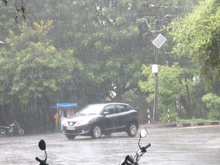 दोपहर बाद 3 बजे न्यू मार्केट इलाके में 20-25 मिनट तक तेज बारिश हुई।