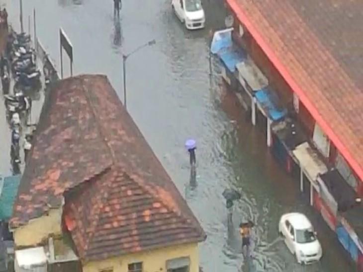 तेज बारिश की वजह से मुंबई के वर्ली नाका इलाके में भी पानी भर गया।