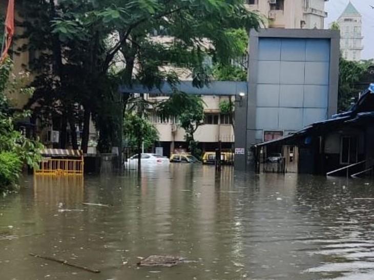 मुंबई के नायर हॉस्पिटल के कैम्पस में पानी भर गया है।