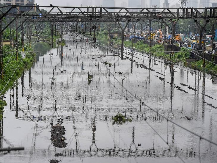 यह फोटो कुर्ला और सायन रेलवे स्टेशन के बीच के रेलवे ट्रैक की है।