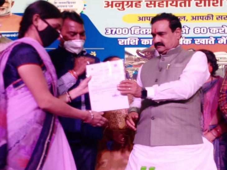 गृह मंत्री मिश्रा इंदौर में रवींद्र नाट्यगृह पहुंचे। बिना मास्क ही मदद राशि के सर्टिफिकेट बांटे।