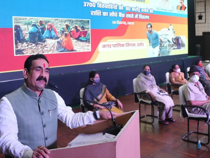 रवींद्र नाट्यगृह में कार्यक्रम को संबोधित करते हुए।